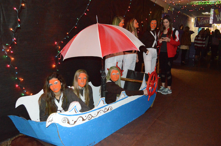 Some+Oompa-Loompas+sit+in+a+boat+on+the+chocolate+fountain