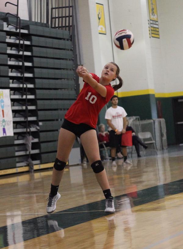 Alice+Pelster%2C+freshman%2C+passes+the+ball+to+her+teammates.