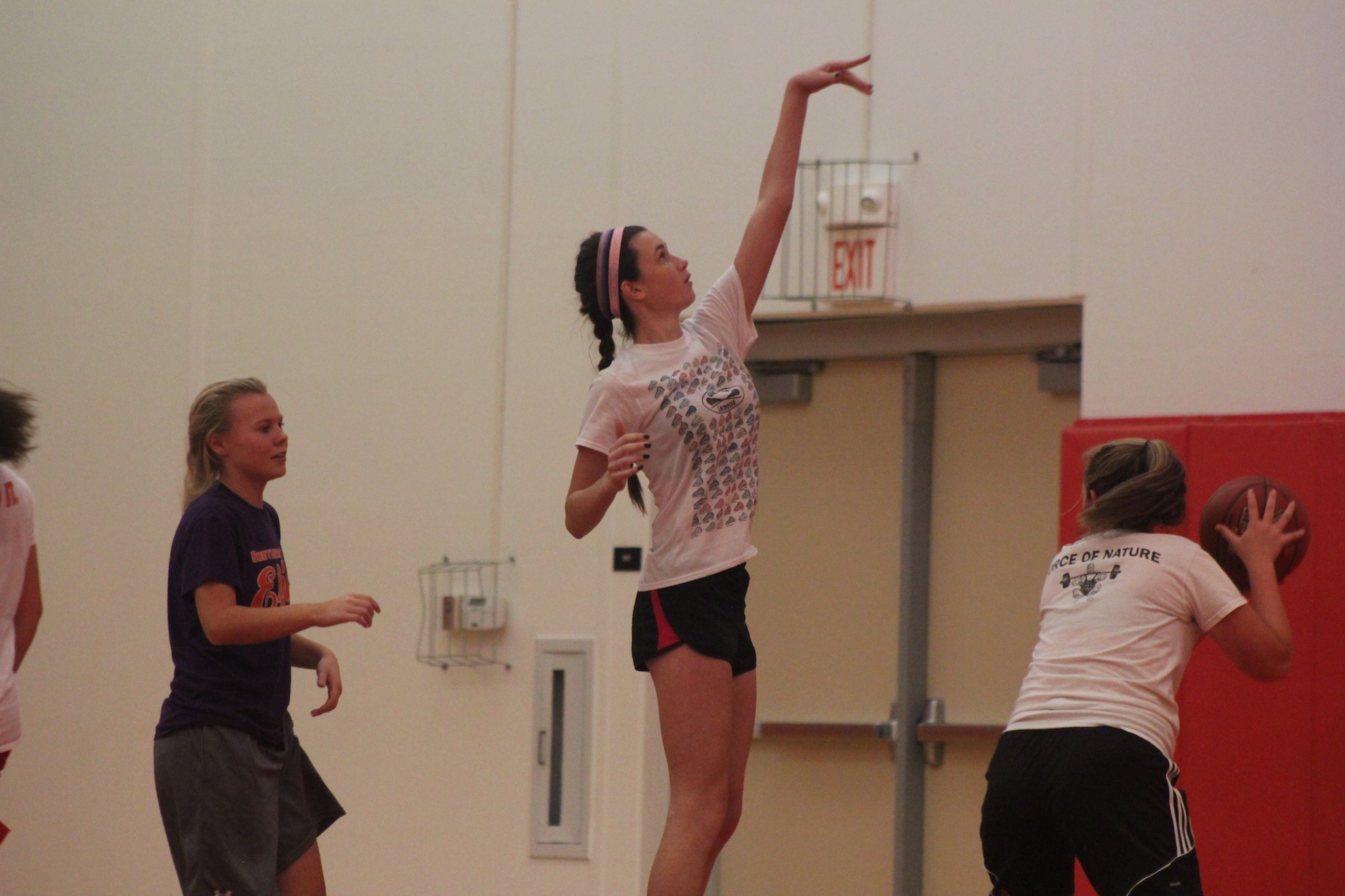 Nina+Naes%2C+sophomore%2C+shoots+the+ball+during+practice+with+the+JV+girls+basketball+team.