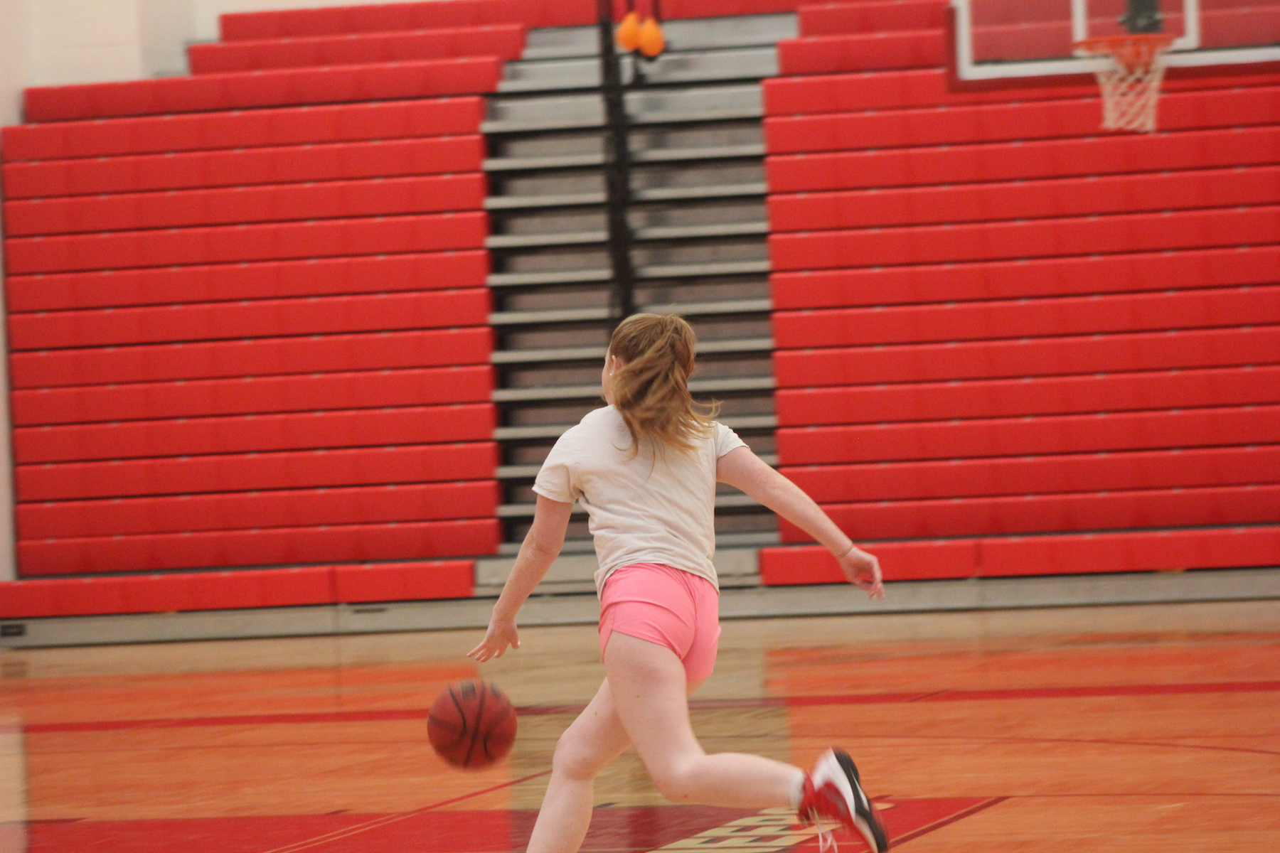 Haleigh+Johnson%2C+sophomore%2C+dribbles+up+the+court+during+JV+girls+basketball+practice.