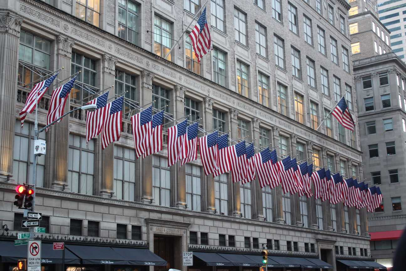 American+Flags+line+a+building+on+5th+Avenue%2C+NY.