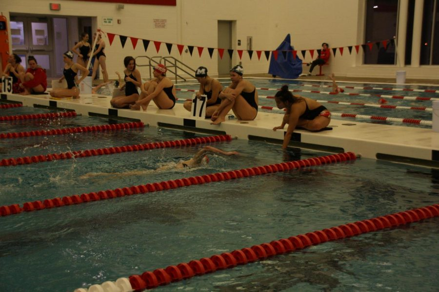 Kirkwood+and+Marquette+swimmers+count+the+number+of+laps+their+teammates+do+during+the+500+swim.
