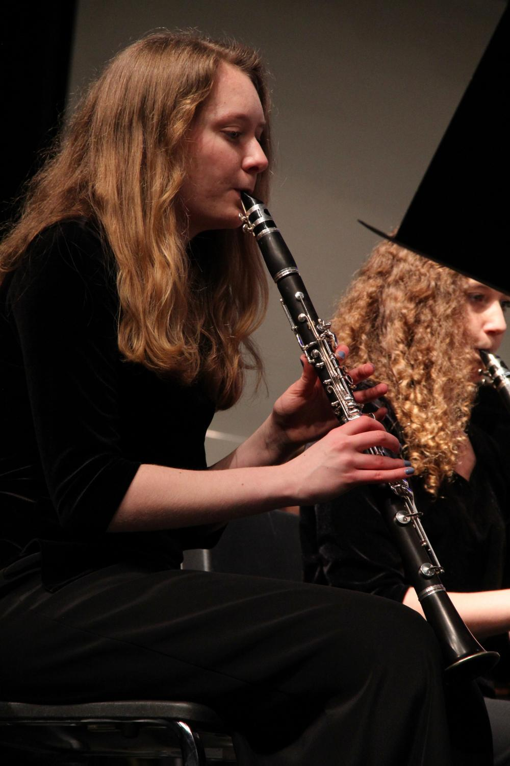 Julia+Pitz%2C+sophomore%2C+plays+her+clarinet+during+the+band%E2%80%99s+final+performance.+%0A