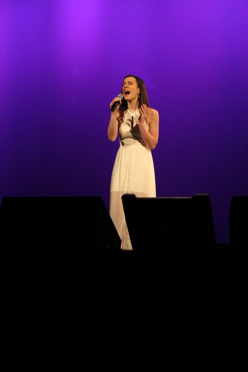 Kaleigh+Bendoff%2C+sophomore%2C+sings+the+first+solo+of+the+night.