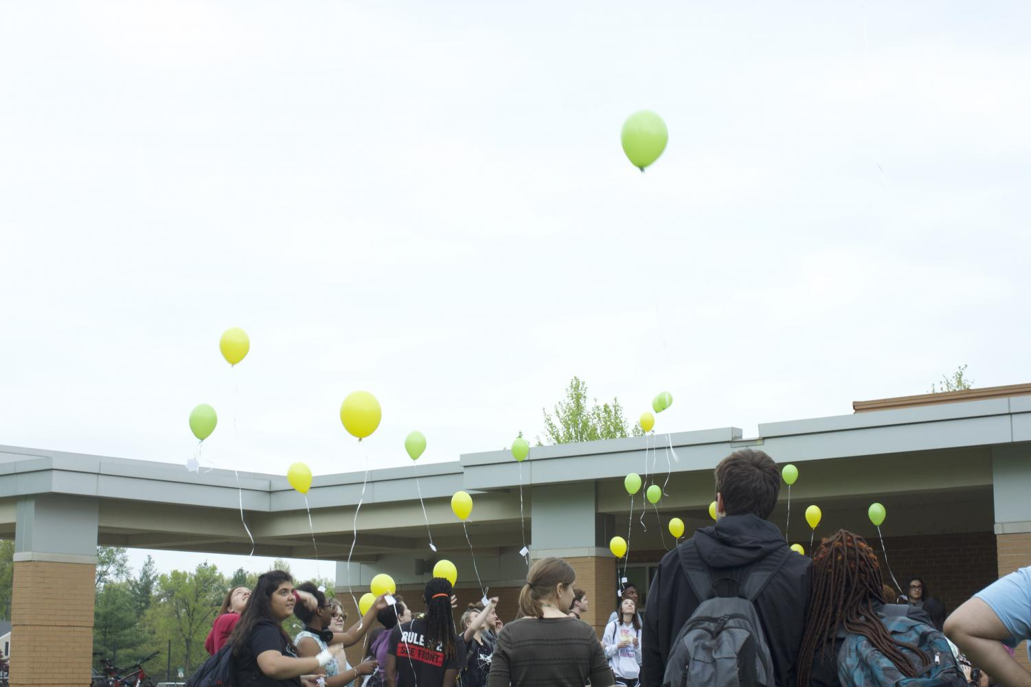 Students+release+their+balloons+into+the+sky.
