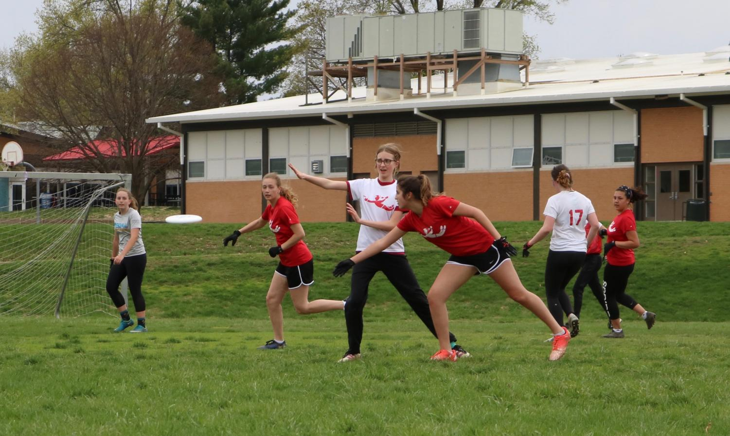Olivia+Griner%2C+junior%2C+throws+the+disc+to+a+teammate+to+gain+yards+down+the+field.+