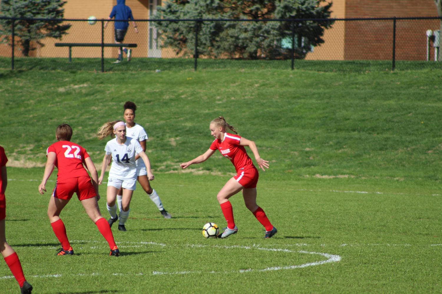Katie+Hastings%2C+sophomore%2C+dribbles+the+ball+down+the+field.+