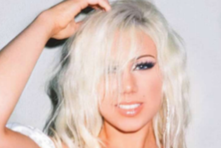 Slayyyter has emerged as a new pop princess, influenced by 2000's pop culture.